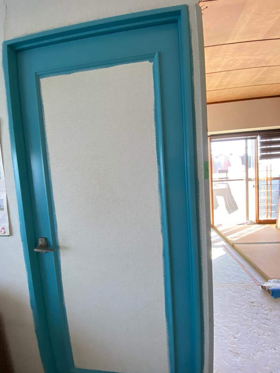 岡崎市矢作町にてスカイブルー色で屋内の枠塗装を行いました