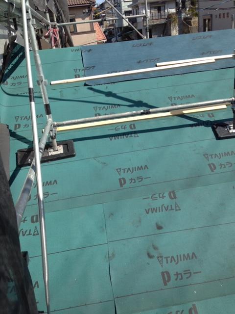 岡崎で下地にルーフィングを施工しているところ