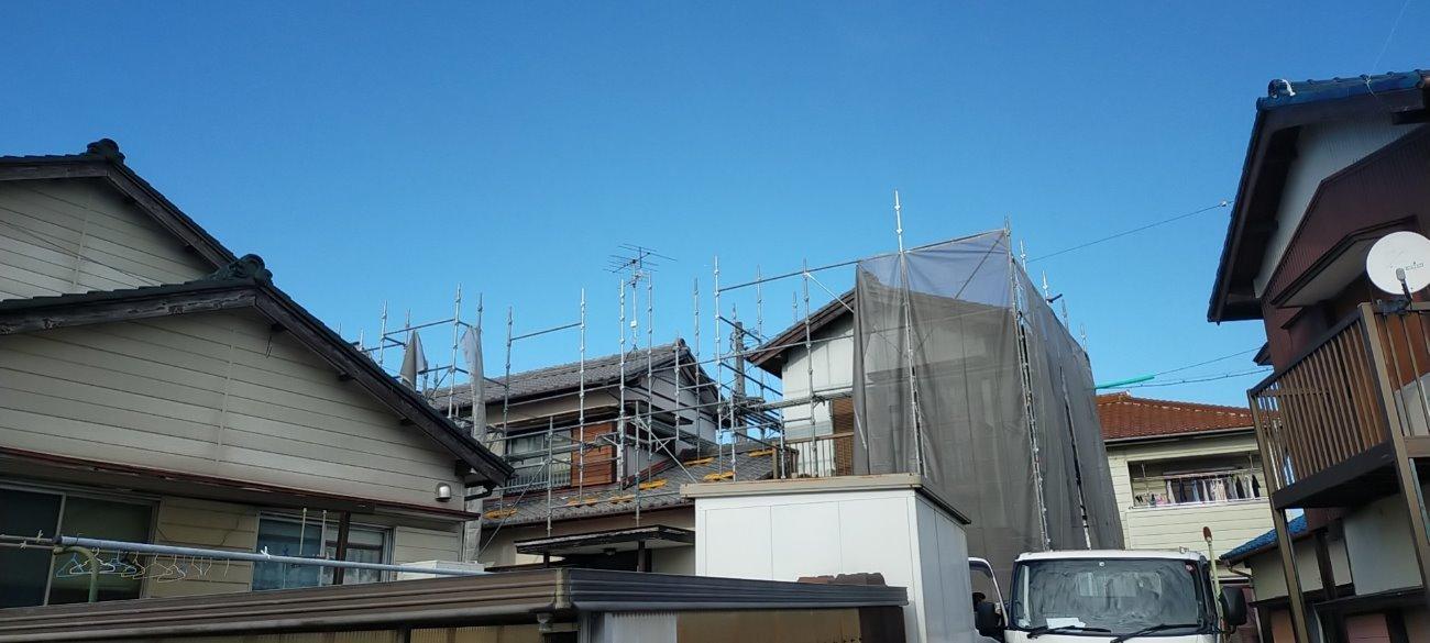 岡崎市岩津町にて火災保険対応による軒天補修工事の足場設置工事です